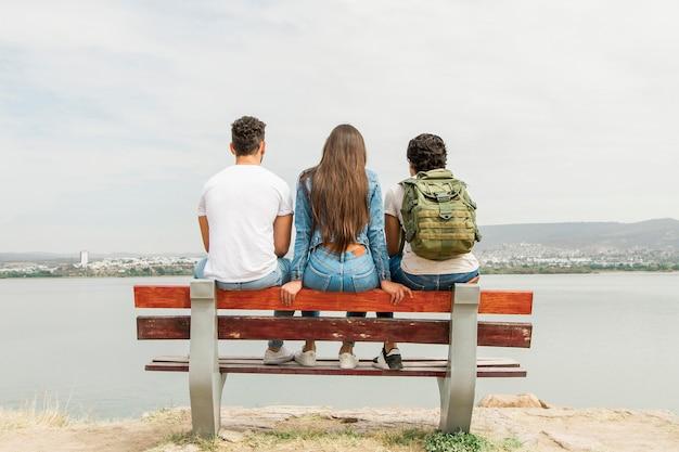 Jeunes amis profitant de la nature