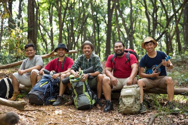 Jeunes amis en randonnée ensemble