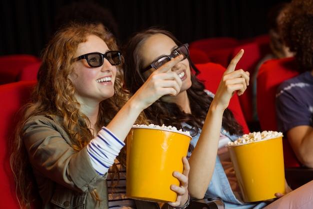 Jeunes amis en regardant un film en 3d