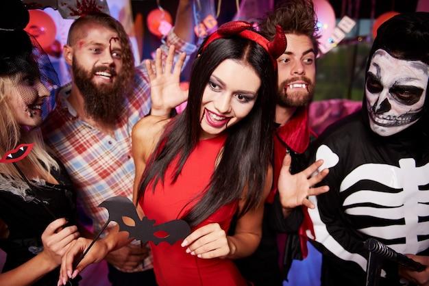 Jeunes amis s'amusant à la fête d'halloween