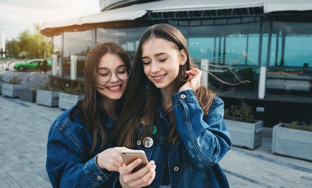 Jeunes amis s'amusant avec les smartphones