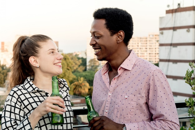 Jeunes amis s'amusant sur le toit en plein air
