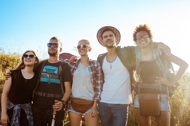 Jeunes amis, sourire, réjouissance, regarder, distance, debout, dans, champ