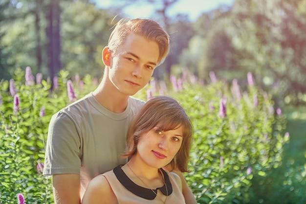 Les jeunes amoureux blancs ont un rendez-vous dans un parc public.