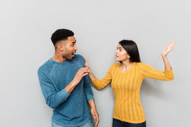 Jeunes amoureux se quereller et se battre