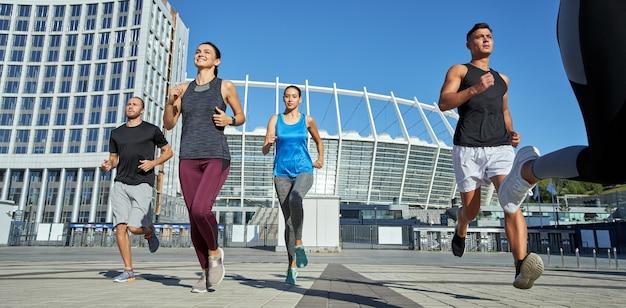 Jeunes athlètes caucasiens courant pendant l'entraînement