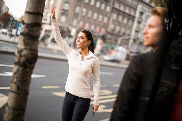 Les jeunes attendent le bus dans la rue
