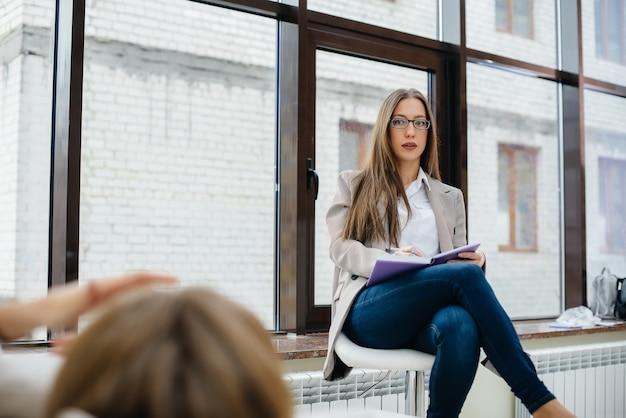 Des jeunes au rendez-vous d'un psychologue.