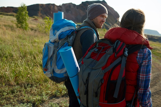 Jeunes aventuriers dans les montagnes