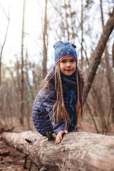 Jeunes aventuriers marchant dans la forêt sauvage