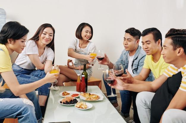 Jeunes ayant une fête à la maison