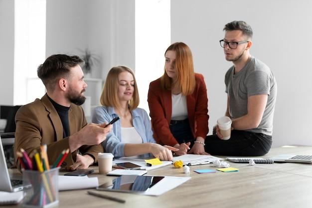 Jeunes ayant une réunion de travail au bureau