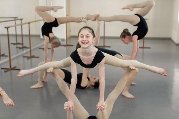 Les jeunes ballerines répètent un exercice chorégraphique dans une école de ballet