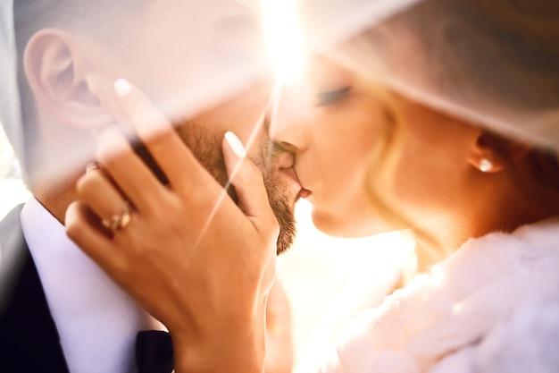 Jeunes et beaux mariés s'apprécient.