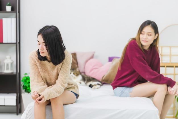 Jeunes belles femmes asiatiques amant couple lesbien ayant souligné après un conflit dans la chambre à la maison avec une émotion de mauvaise humeur. concept de sexualité lgbt avec mode de vie bouleversé et malheureux ensemble.