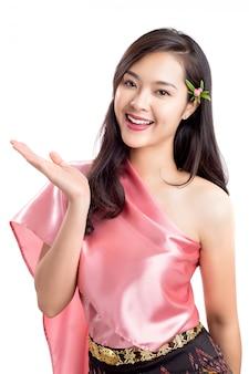 Jeunes belles femmes thaïlandaises en costumes de tradition isolés sur blanc, portrait style de vie adulte asiatique.