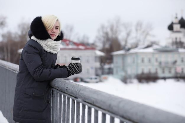 Jeunes belles filles sur une promenade en parc d'hiver