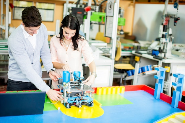 Jeunes en classe de robotique
