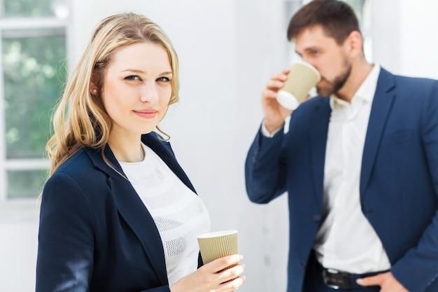 Jeunes collègues ayant une pause-café au bureau