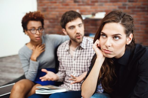 Jeunes collègues communiquant pendant le freinage des affaires au bureau.
