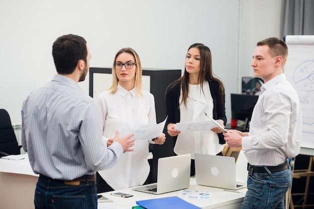 Jeunes collègues discutant d'un projet