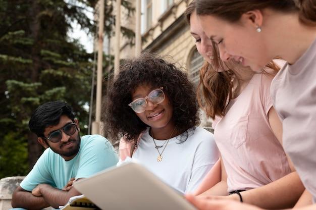 Jeunes collègues étudiant ensemble pour un examen universitaire
