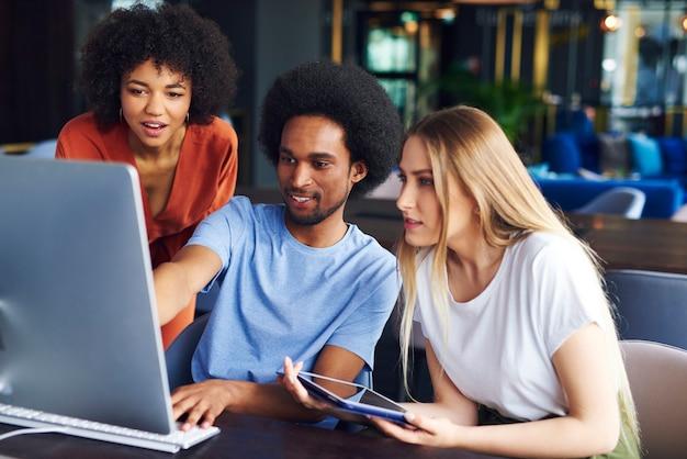 Jeunes collègues travaillant sur ordinateur au bureau