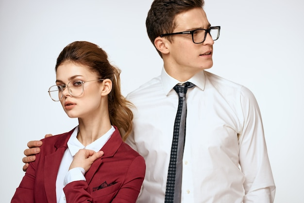 Jeunes collègues en vêtements formels posant