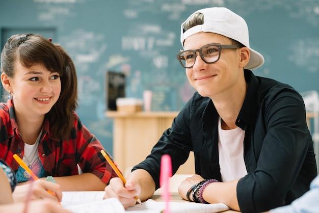 Les jeunes de contenu étudient ensemble