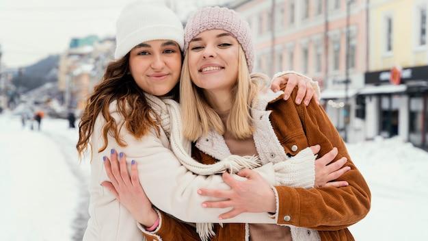 Jeunes copines étreindre en plein air