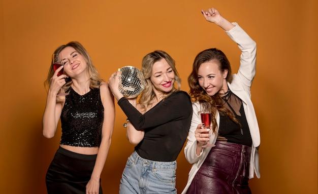 Jeunes copines à la fête