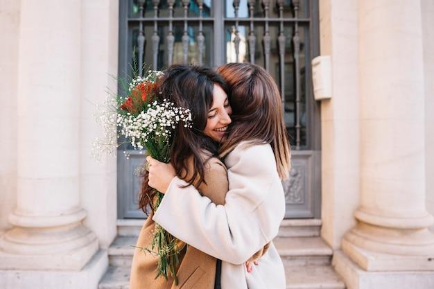 Jeunes copines heureuse embrassant dans l'amour