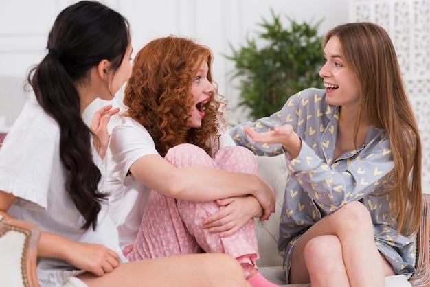 Jeunes copines en pijama discutant