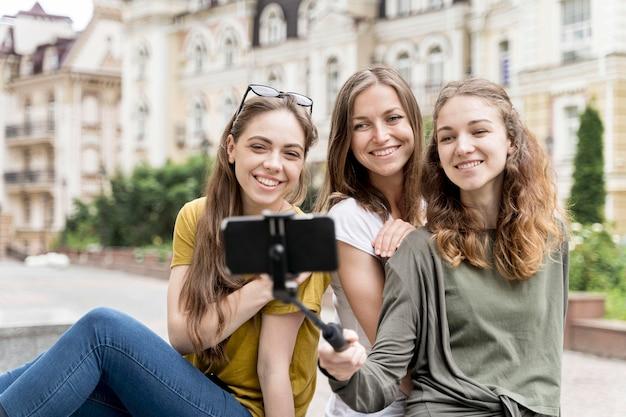 Jeunes copines prenant selfie