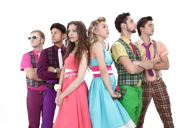 Jeunes en costumes colorés
