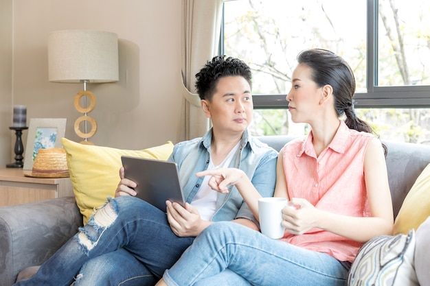 Jeunes couples à l'aide d'une tablette