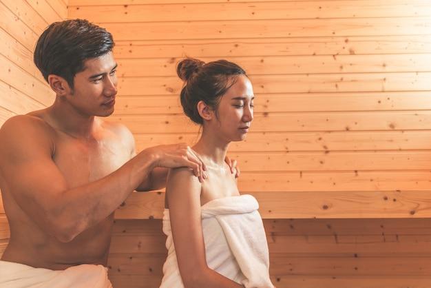 Les jeunes couples ou amants asiatiques se relaxent dans une salle de sauna romantique