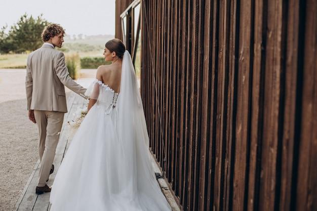 Jeunes couples de mariage sur leur mariage