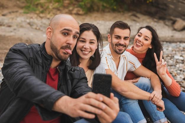 Jeunes couples prenant selfie ensemble