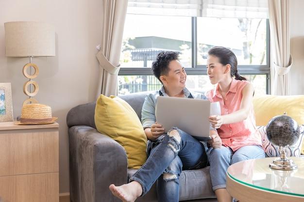 Jeunes couples utilisant un ordinateur portable
