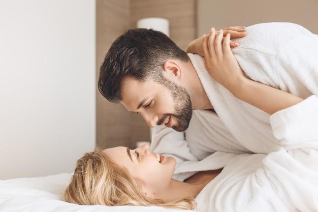 Les jeunes couples voyagent ensemble loisirs de chambre d'hôtel
