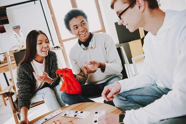 Jeunes créateurs jouant au loto dans un lieu de coworking