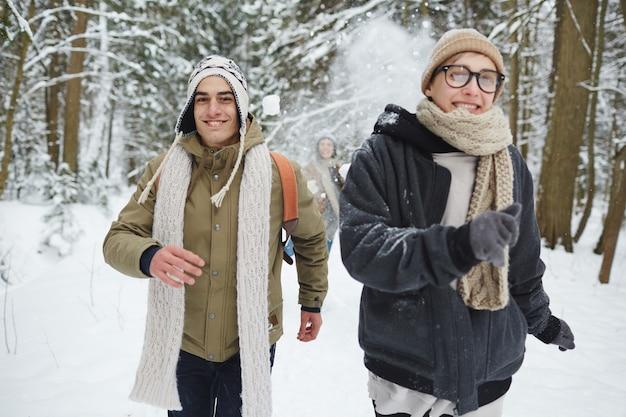 Jeunes dans la nature hivernale
