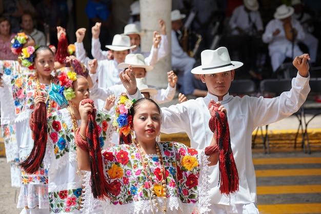 Les jeunes danseurs exécutant la jarana (danse traditionnelle) au festival de la ville