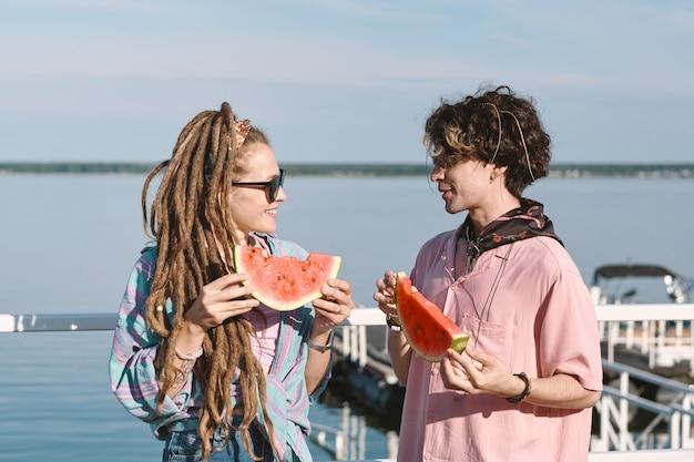 Jeunes dates heureuses avec des tranches de pastèque juteuse fraîche