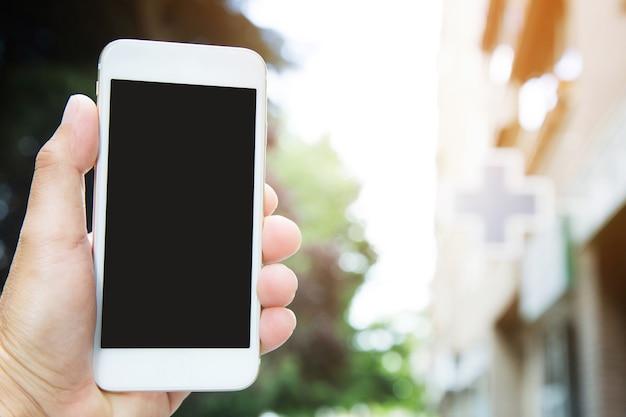 Les jeunes debout sur le côté de la route sur le sentier à l'aide de téléphone intelligent mobile