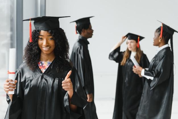 Jeunes diplômés universitaires optimistes à la fin de leurs études