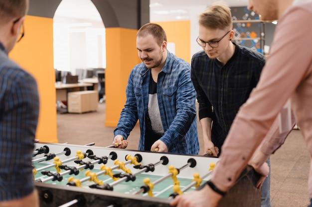 Jeunes employés de bureau jouant au soccer sur table