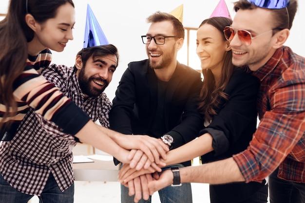 Les jeunes employés de l'entreprise célèbrent des vacances.