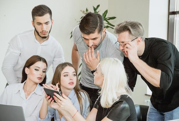 Jeunes employés pendant le processus de travail question et non perception sur les visages